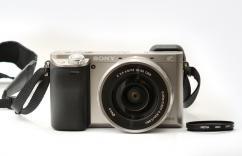 Фотоапарат Sony Alpha A6000 Silver Kit (16-50mm OSS) + Карта Памет Sony 16GB + Комплект филтри Hoya + Чанта Sony LCS-SL10